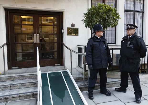 Policiais guardam o hospital King Edward VII, nesta sexta-feira (7), em Londres, um dia após a saída de Kate Middleton (Foto: AFP)