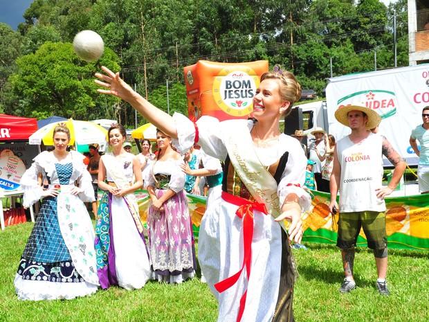 Competidores que arremessar o queijo na maior distância possível vence a prova (Foto: Luiz Chaves/Festa da Uva)