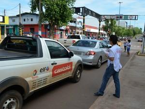 Todos os motoristas foram abordados pela equipe de combate a dengue (Foto: Magda Oliveira/G1)