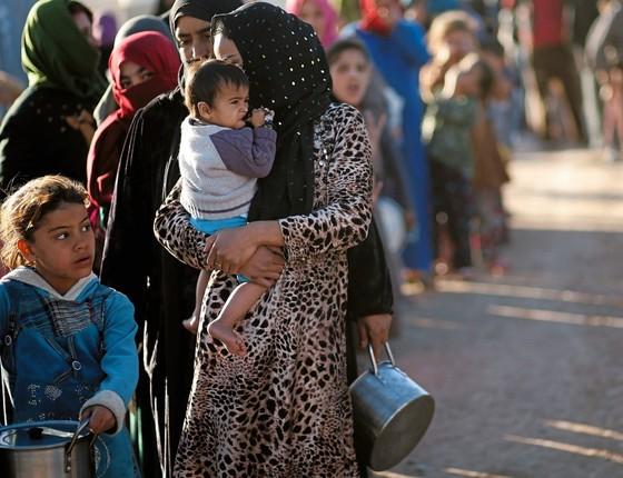 Mulheres e crianças num campo de refugiados no Iraque.Os maridos de muitas delas se envolveram com o Estado Slãmico (Foto: Mohammed Salem/REUTERS)