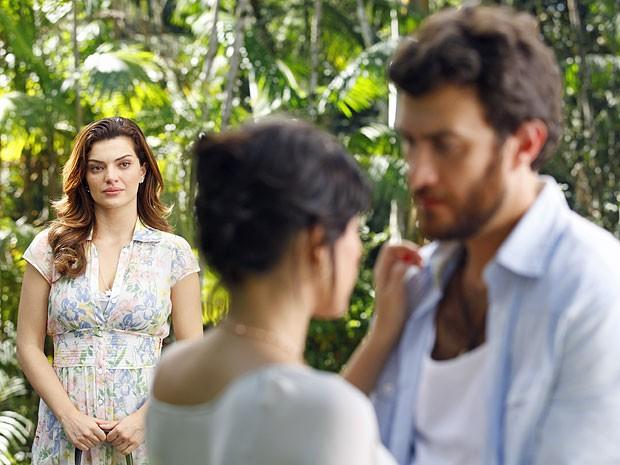 Elisa interrompe beijo entre Miriam e Rodrigo (Foto: Amor Eterno Amor/TV Globo)