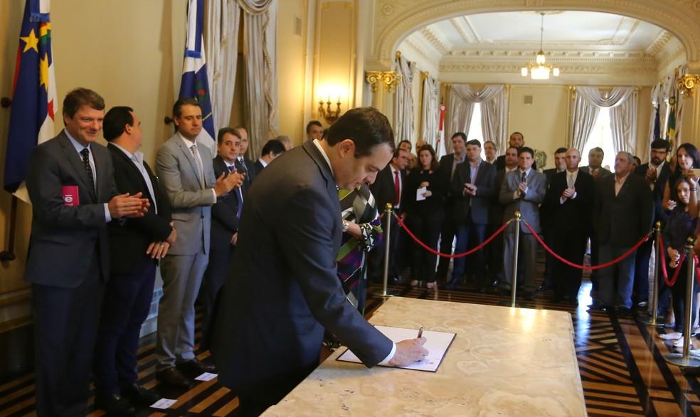 Governador Paulo Câmara assinou acordo diante de secretários estaduais e executivos do laboratório, no Palácio do Campo das Princesas (Foto: Aluisio Moreira/Divulgação)