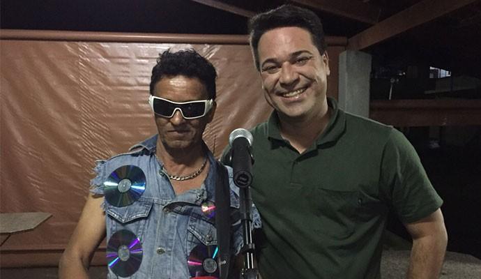 Ronaldo canta traduz músicas internacionais (Foto: Divulgação)