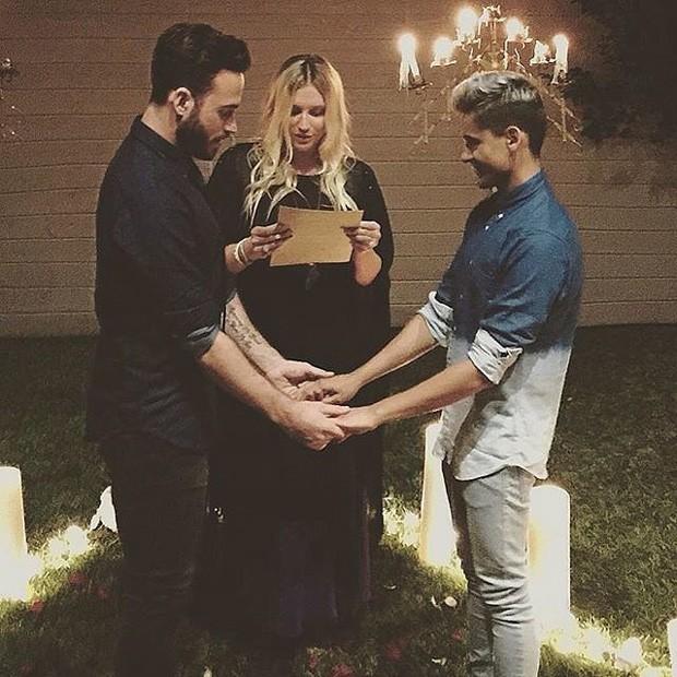 Kesha ministra casamento de Vittorio Masecchia e Felipe Nogueira (Foto: Reprodução/Instagram)
