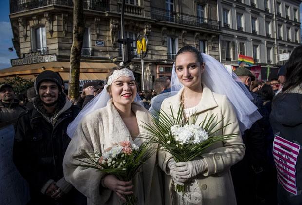 Mulheres posam como noivas em protesto à favor da legalização do casamento gay na França (Foto: Benjamin Girette/AP)
