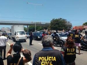 Depois de deliberarem em frente a Governadoria do Estado, servidores partiram para a BR-101, onde o trânsito foi interditado por alguns minutos (Foto: Ítalo Di Lucena/Inter TV Cabugi)