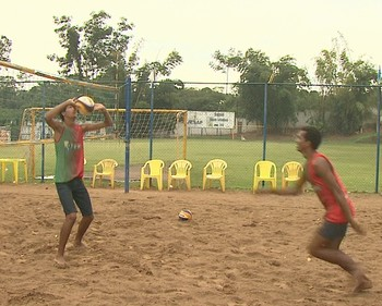 Sávio Felipe e Jamelly Matthos treinam na quadra de areia da AABB-AC, em Rio Branco (Foto: Reprodução/Rede Amazônica Acre)