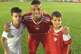 Em família: Rivaldo vibra com gol do filho, mas vê sobrinho perder chance