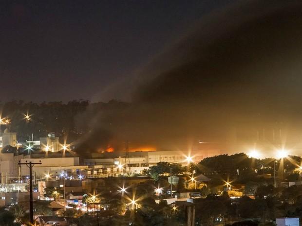 Moradores vizinhos tiveram que deixar as residências por causa da fumaça (Foto: Claucir Cardoso)