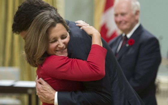 O primeiro-ministro do Canadá, Justin Trudeau, abraça a nova ministra do Comércio, Chrystia Freeland (Foto: Sean Kilpatrick /The Canadian Press via AP)