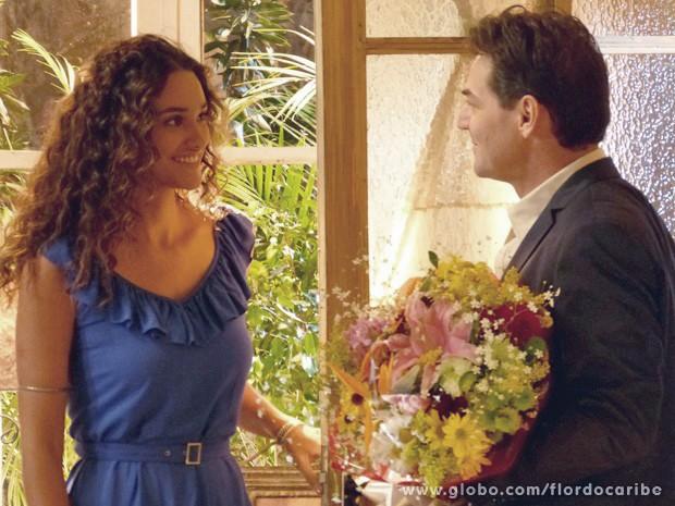 Acho que vai rolar!!! Taís e Mantovani trocam olhares  (Foto: Flor do Caribe/TV Globo)
