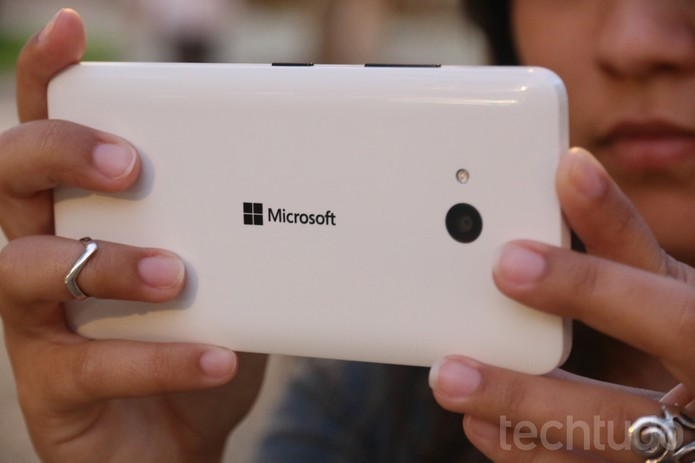 As bordas arrendondadas do Lumia 640 tornam o aparelho confortável de segurar (Foto: Lucas Mendes/TechTudo)
