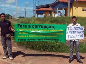 Moradores de Rorainópolis com faixa para o protesto deste sábado (Foto: Mathias Neto / Divulgação)