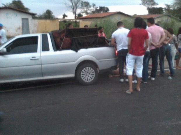 Muitos curiosos foram observar o ocorrido após o acidente (Foto: Alexandre Cunha)