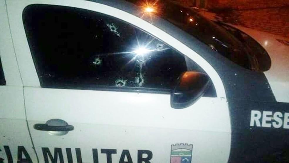 Alvo de disparos, carro da Polícia Militar também foi atacado pelos criminosos (Foto: PM/Divulgação)
