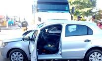 Carro fura sinal e bate em carreta (Ísis Capistrano/ G1)