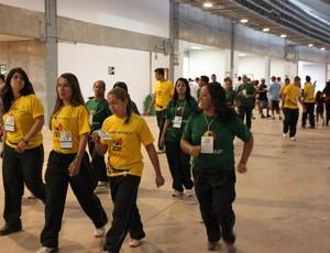 voluntários estádio Mané Garrincha (Foto: Fabrício Marques)