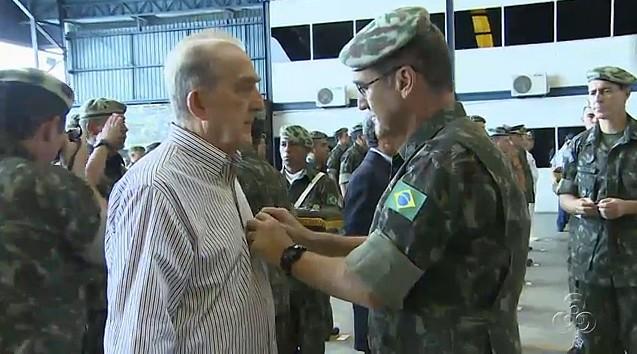 Jornalista Phelippe Daou recebe Medalha do Pacificador (Foto: Bom dia Amazônia)