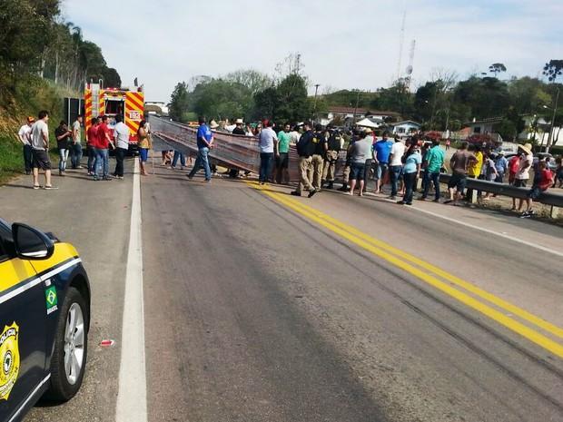 Manifestação foi na tarde deste sábado (15) na BR-116, em Monte Castelo (Foto: PRF/Divulgação)