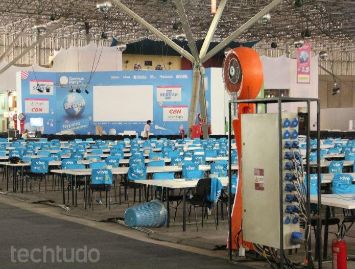 Mas não importa onde se olhe, o cenário é o mesmo: mesas, mesas até os olhos podem ver (Foto: Renato Bazan/TechTudo)