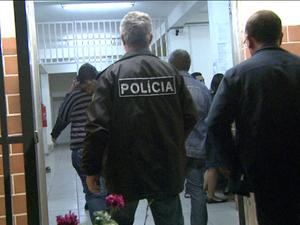 Familiares chegam à delegacia após marido matar esposa e esconder corpo em Campinas (Foto: Reprodução / EPTV)