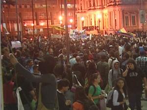 Manifestação no largo Glênio Peres, em Porto Alegre (Foto: Reprodução/RBS TV)