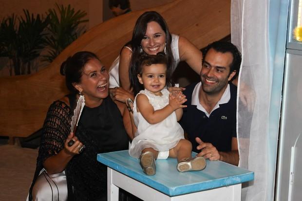 Laura com os pais Mariana Belém e Cristiano Saab e a avó Fafa de Belém (Foto: Manuela Scarpa/ Foto Rio News)