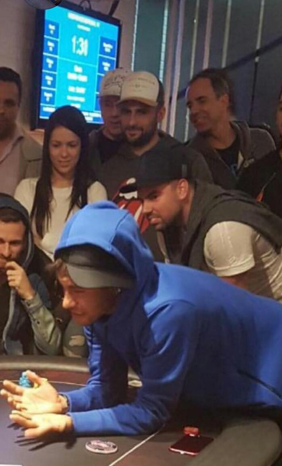 Lucas Lima, de capuz, sentado à esquerda, e Neymar, de azul, em roda de pôquer em Santos (Foto: arquivo pessoal)