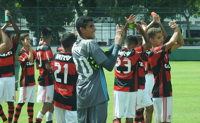 Jogadores do Flamengo comemoram vitória no clássico sub-15 (Foto: Hector Werlang)