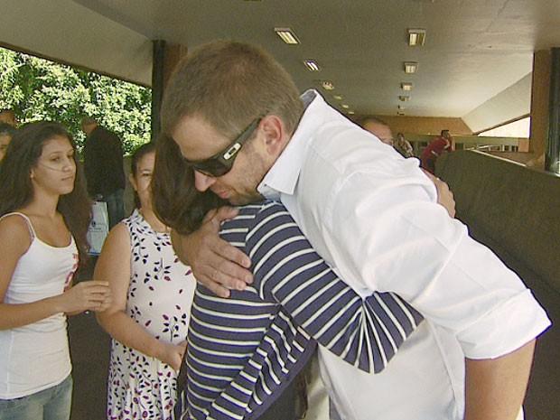 Técnico que prestou primeiros socorros a vigilante encontra família da vítima em Campinas (Foto: Reprodução EPTV)