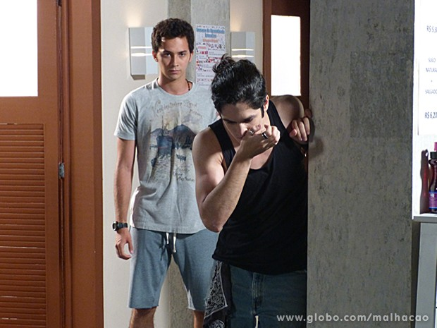 Antônio se recupera do soco dado por Ben e revida o golpe (Foto: Malhação / TV Globo)