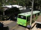 Motorista se fere em acidente entre carro e ônibus em São José, SP