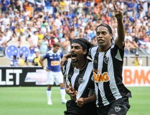 Araújo e Ronaldinho Gaúcho comemoram gol (Foto: Bruno Cantini / Flickr do Atlético-MG)