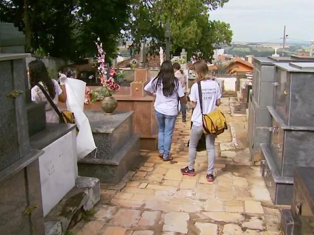 Agentes vistoriam cada canto do cemitério de Três Corações atrás de focos do mosquito (Foto: Reprodução EPTV/Tarciso Silva)