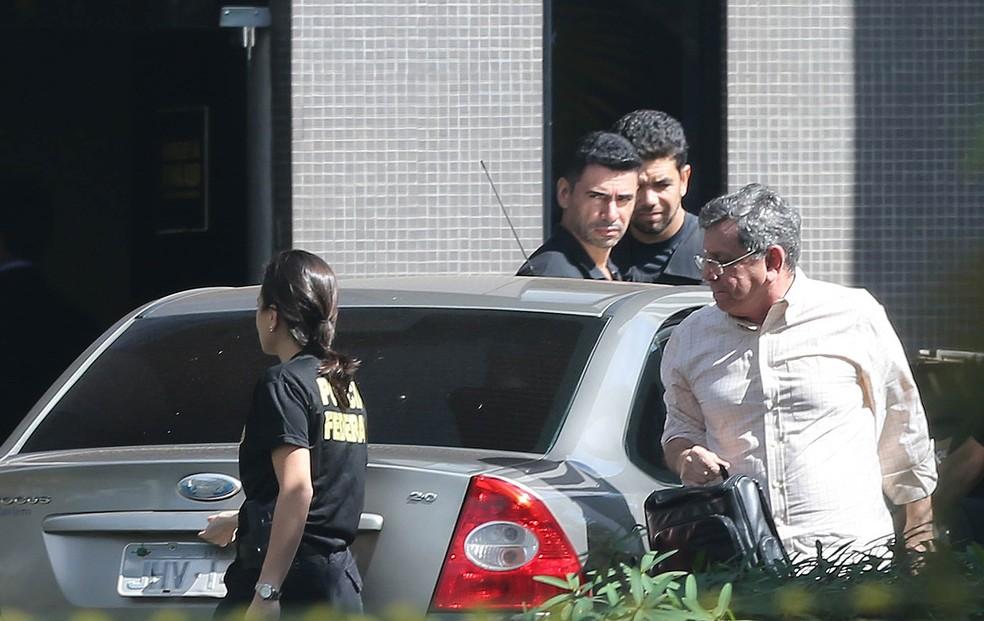 Tadeu Filipelli (PMDB), à direita, ex-vice-governador e atual assessor especial do presidente Michel Temer, chega à sede da Polícia Federal em Brasília após ser preso pela Polícia Federal na Operação Panatenaico (Foto: Nilton Fukuda/Estadão Conteúdo)