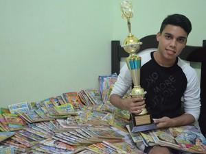 Armando Vitor coleciona revistas da Turma da Mônica e prêmios pelos quadrinhos que cria (Foto: Emily Costa/G1)