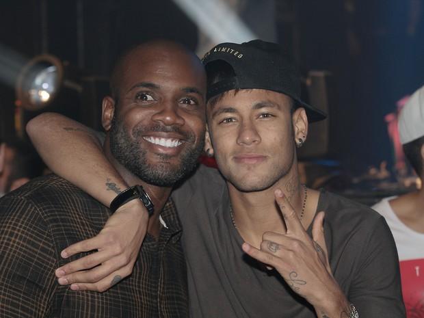 Rafael Zulu e Neymar em show em São Paulo (Foto: Cláudio Augusto/  Foto Rio News)