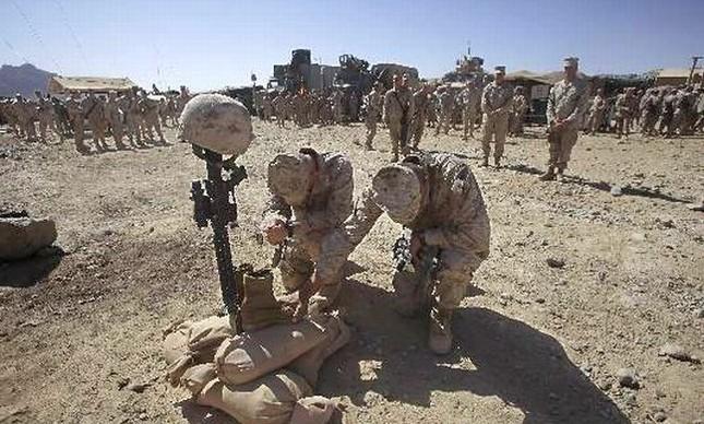 Fuzileiros Navais americanos prestam homenagem a soldado morto em emboscada no Afeganistão (Foto: AP)
