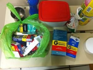Caixas e cartelas de remédio vazias estavam no chão do apartamento (Foto: Divulgação/Polícia Civil)