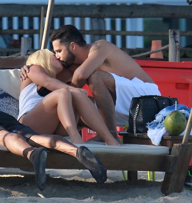 Latino com a namorada, Jéssica Rodrigues (Foto: Dilson Silva/ Agnews)