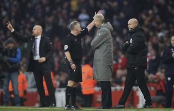 Wenger é multado pela FA após ser expulso e empurrar o quarto árbitro