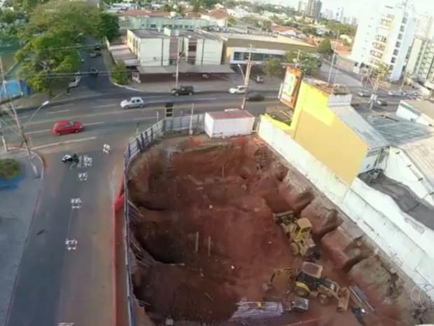 Secretário afirma que obra em que operários morreram soterrados é irregular Goiânia Goiás (Foto: Reprodução/TV Anhanguera)