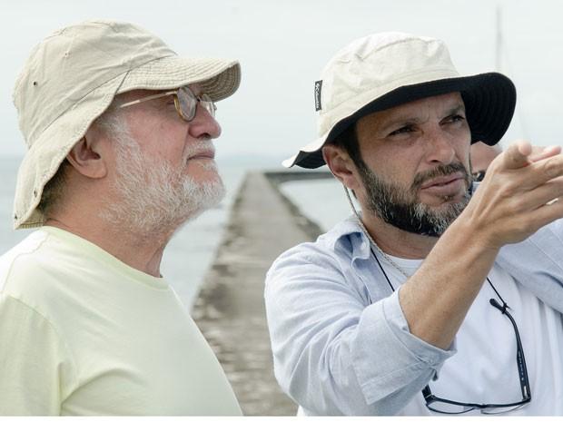 Walter Carvalho, diretor de fotografia, e José Luiz Villa Villamarim, diretor, no set da microssérie 'O canto da Sereia' (Foto: George Moura/Divulgação)