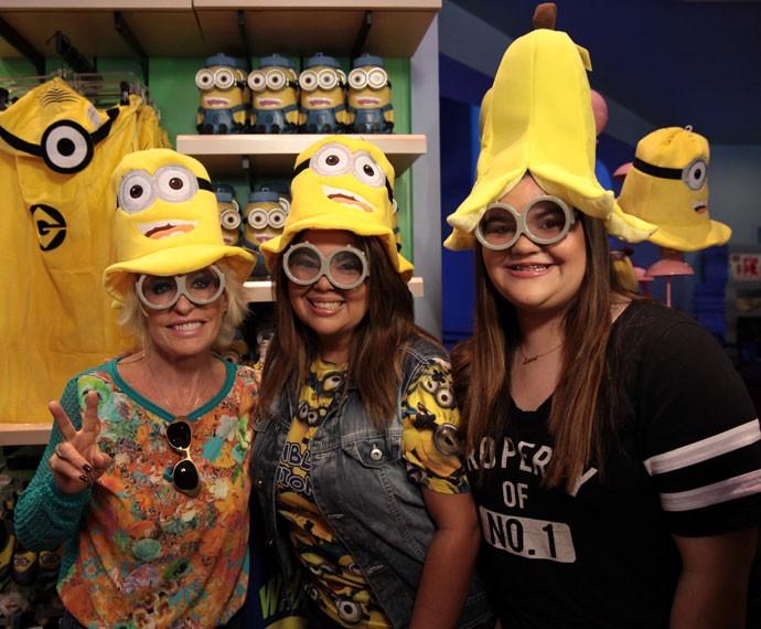 Ana Maria, Fabiana Karla e Laura se divertem com acessórios do filme Minions (Foto: Marcos Mazini/ Gshow)