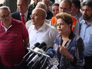 Presidente Dilma Rousseff faz pronunciamento após sobrevoar áreas alagadas em RO (Foto: Gaia Quiquio/G1)