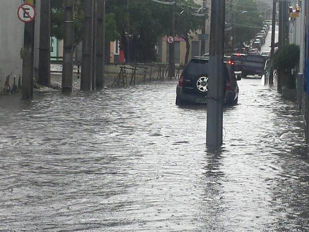 Ruas próximo ao Dragão do Mar estão alagadas devido as chuvas (Foto: Rafaella Mapurunga)