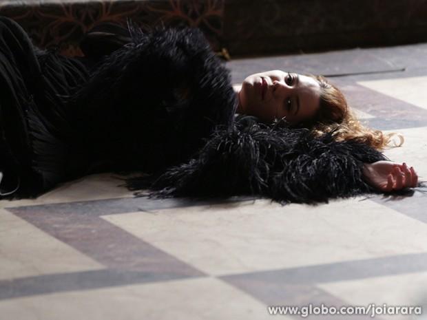 Sílvia se joga da escada para impedir que Franz busque Amélia na prisão (Foto: Joia Rara/TV Globo)