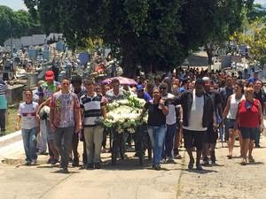 Gabriel Oliveira, morto após ficar 2 horas em um carro, foi enterrado neste domingo no Rio (Foto: Mariana Cardoso/G1)