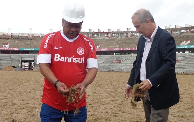 Luigi e Claudiomiro plantam grama no Beira-Rio (Foto: Tomás Hammes / GLOBOESPORTE.COM)
