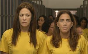 Wanda divide cela com Lívia e faz a arrependida na cadeia (Salve Jorge/TV Globo)